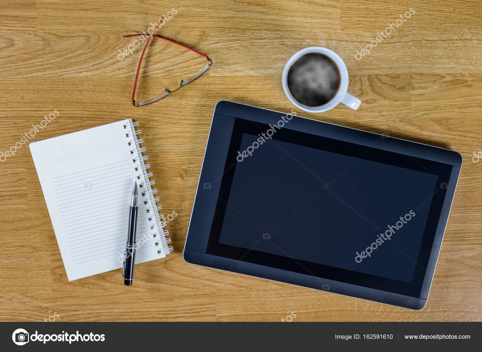 Mans le lieu de travail au bureau en bois avec café u photographie