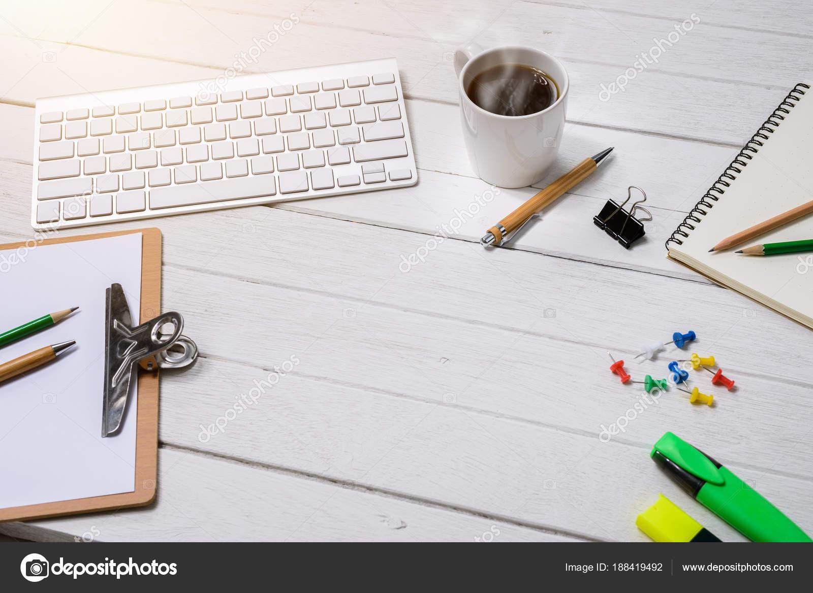 Table bureau bureau blanc en bois avec une tasse de café carnet