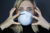 Kranken Frauen geht es schlecht. Frau trägt medizinische Schutzmaske. Selbstschutz. Coronavirus-Schutz.