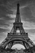 PAŘÍŽ, FRANCIE - 17. června 2017: Krásný výhled na slavnou Eiffelovu věž v Paříži, Francie. Nejlepší destinace v Paříži v Evropě. Černá a bílá fotografie s dramatickou oblohou v pozadí