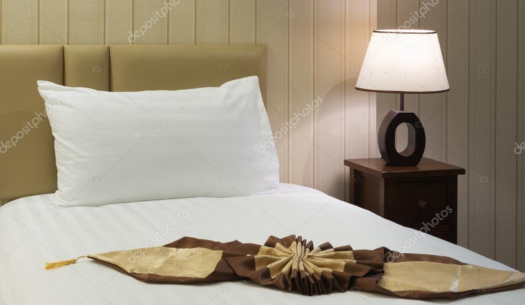 camera da letto pronta per gli ospiti nella morbida luce calda ...