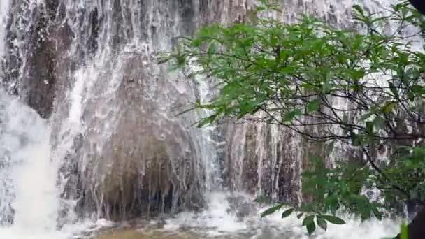 Schöner Wasserfall in Zeitlupe den Nationalpark-Wald am Huai Mae Khamin Waterfall, Kanchanaburi Thailand