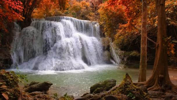 Krásný vodopád v národním parku lese na Huai Mae Khamin vodopád, Kanchanaburi, Thajsko