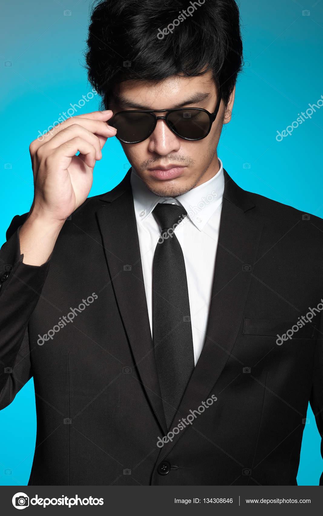 Homme asiatique en costume noir et chemise blanche sur fond bleu — Image de  crazybboy 5753cafe2fd