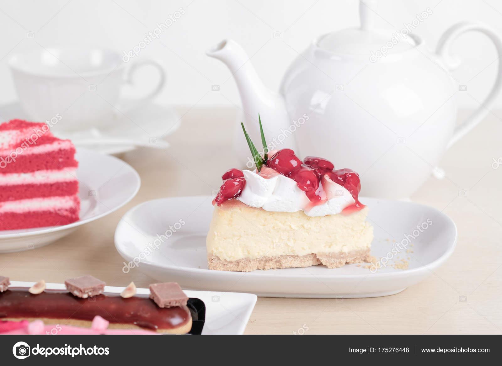 Schone Kuchen Und Dessert Auf Holztisch Pastellfarben Soft Fokus