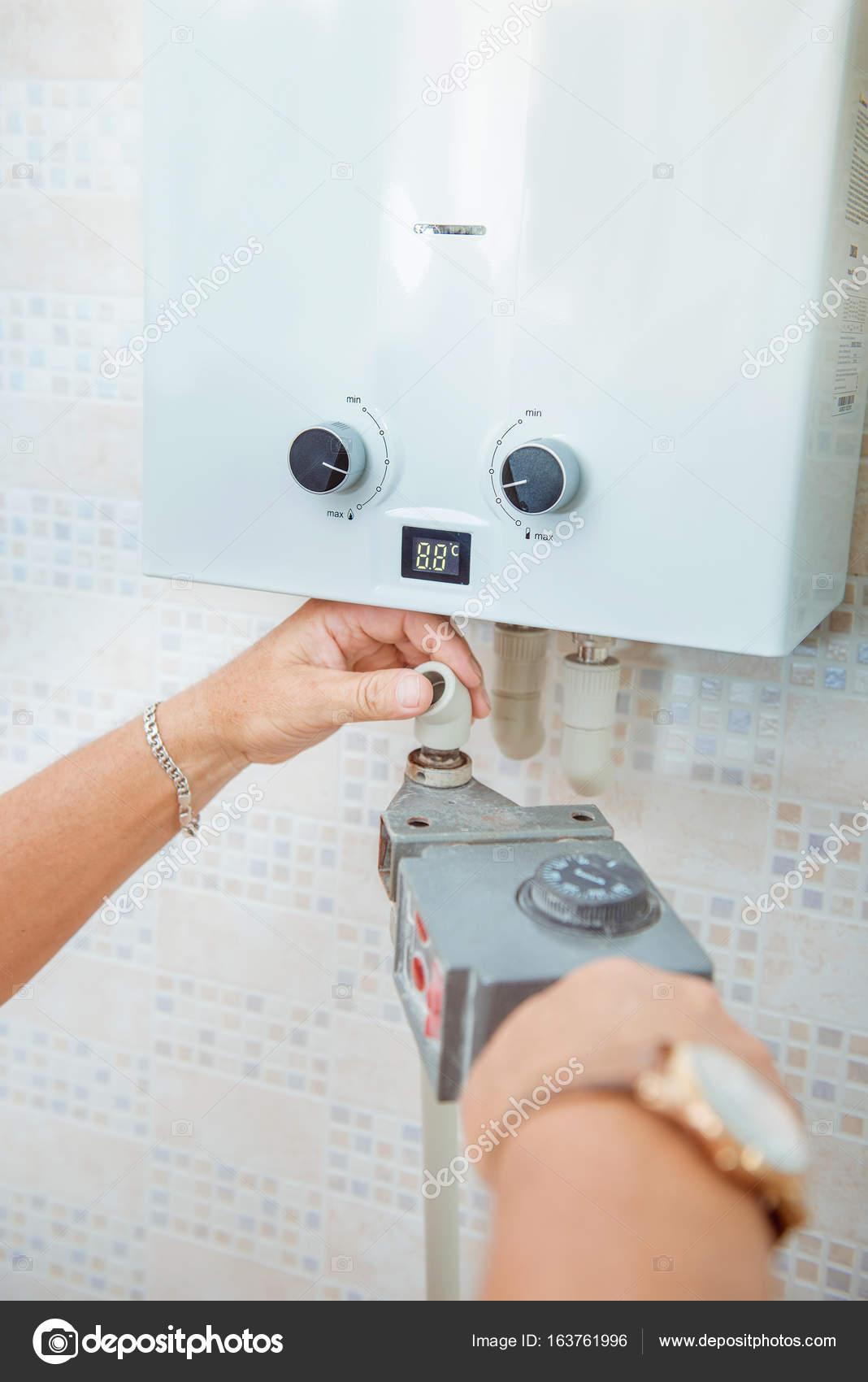 Installation von Kunststoffrohren in der Küche — Stockfoto © nata ...