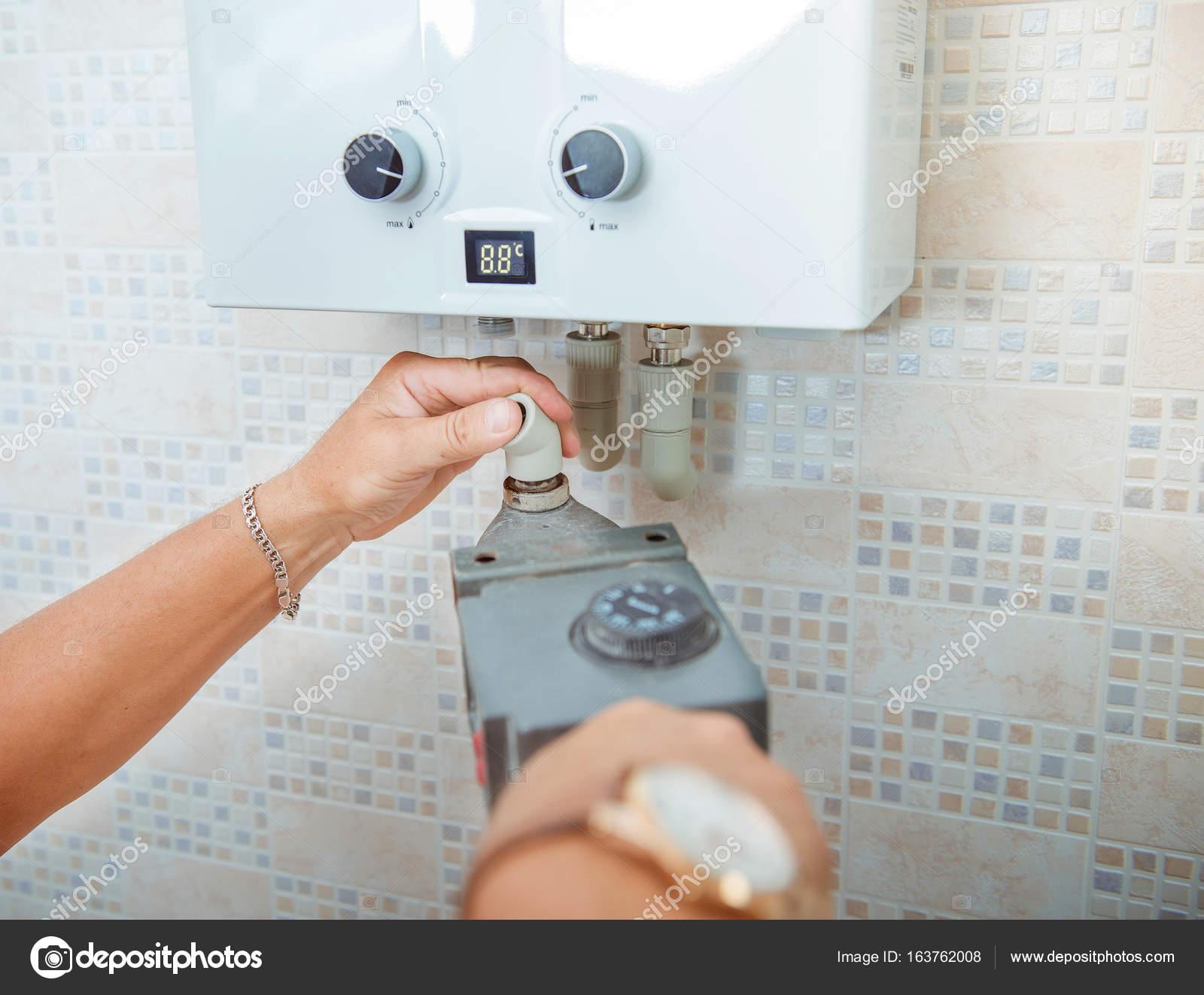 Mann ist die Installation von Kunststoffrohren in der Küche. Sanitär ...