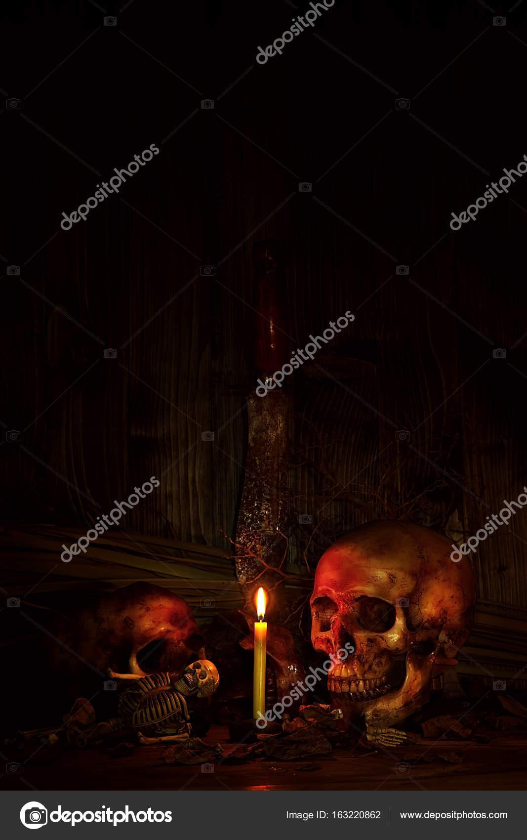 Zwei Schädel Stillleben mit Messer im dunklen Szene für Halloween ...
