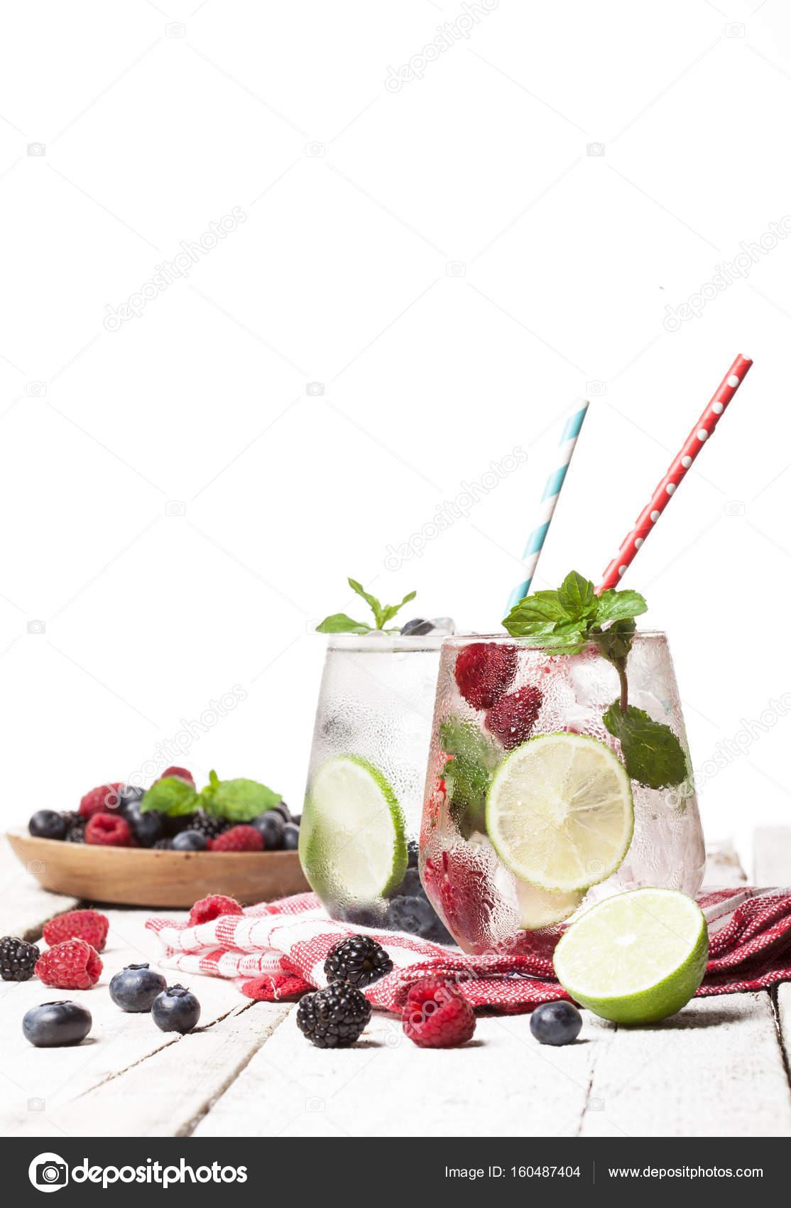Sommer kalte Getränke mit Himbeeren, Brombeeren und Heidelbeeren auf ...