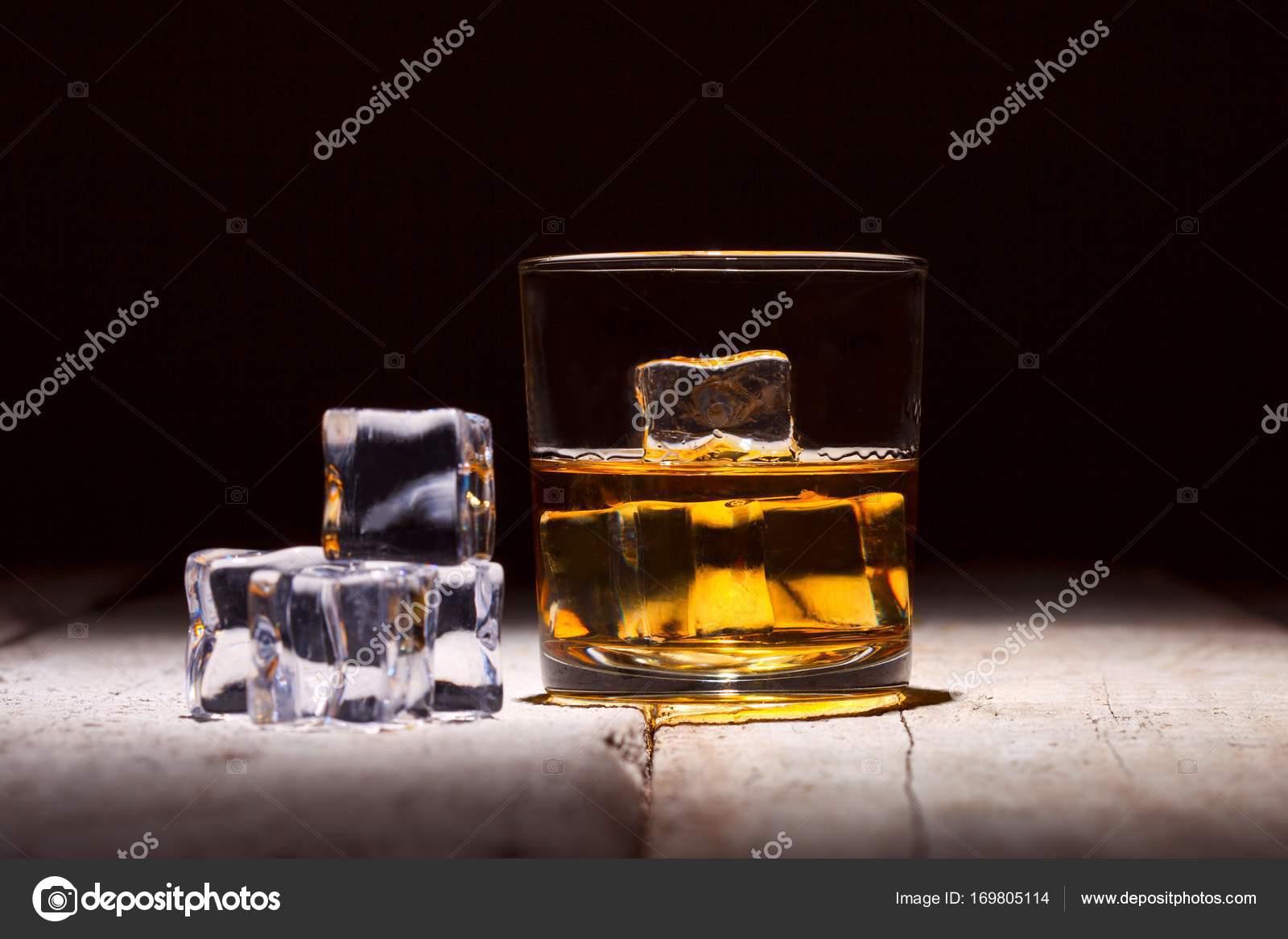 Glas Whiskey Mit Eiswürfeln Serviert Auf Weißen Holzbohlen