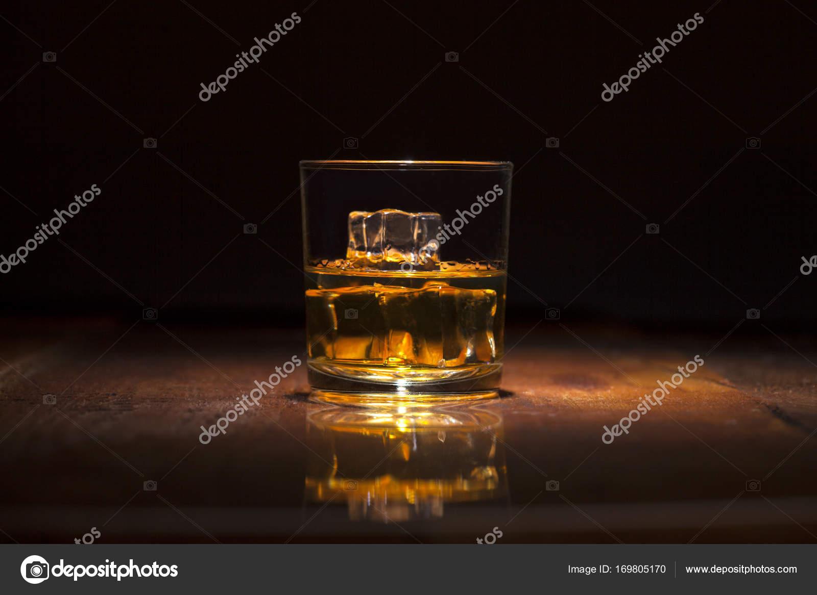 Glas Whiskey Mit Eiswürfeln Serviert Auf Holzbohlen Stockfoto