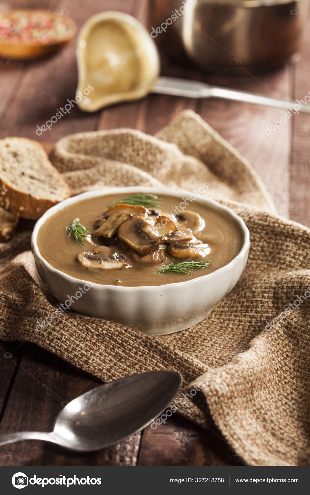 Délicieuse soupe aux champignons crémeux avec aneth et ...