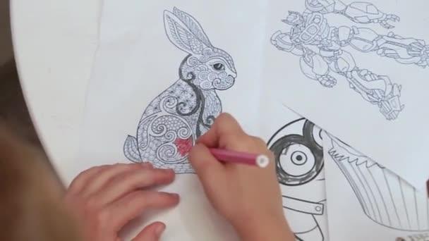 Dítě kreslí se značkami omalovánky