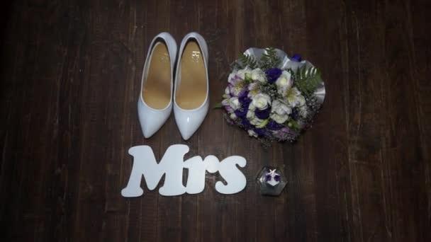 doplňky nevěsta jemná kytice parfému a obuvi