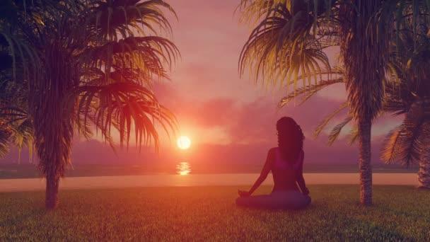 Africká žena přemýšlí na tropické pláži na východ časová prodleva 4k