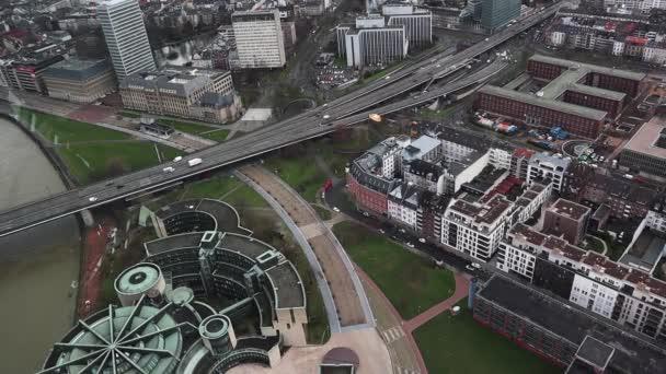 Düsseldorf, Deutschland - 19. Februar 2020: Blick von einem hohen Turm auf ein Stadtbild. Häuser und Architektur mit Straßen und Autos, Brücken und Menschen in der Stadt. Luftaufnahme. Statisches Video, flache Verlegung
