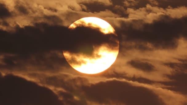 felhős naplemente, színes ég háttér .Big Sun narancssárga ég