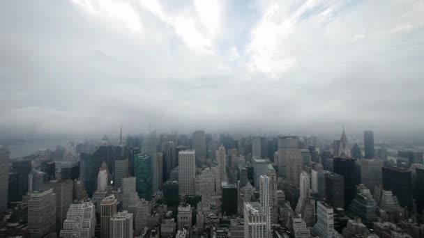 Légi város éjszakai időeltolódás NYC égbolt ködös felhők.