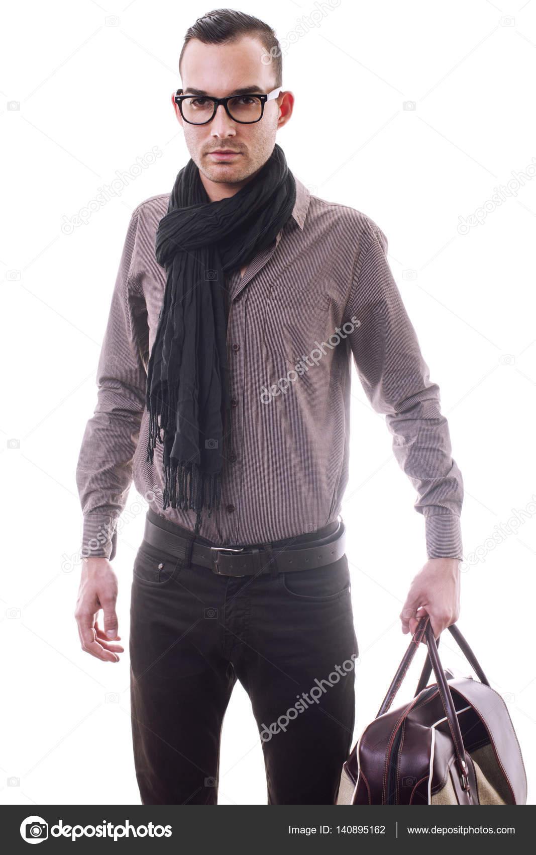 Moda hombre sosteniendo la bolsa faa7fd78aec