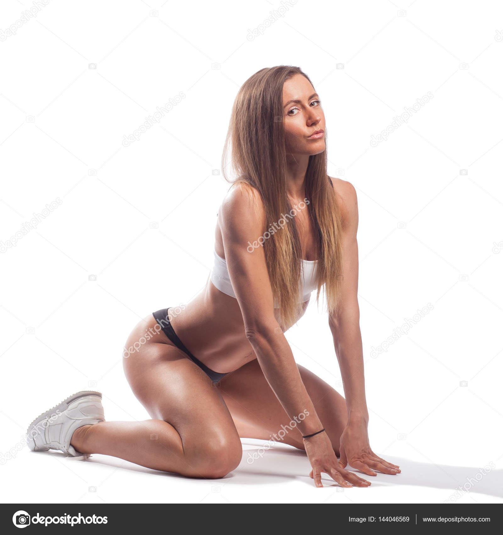 Сексуальная загорелая брюнетка