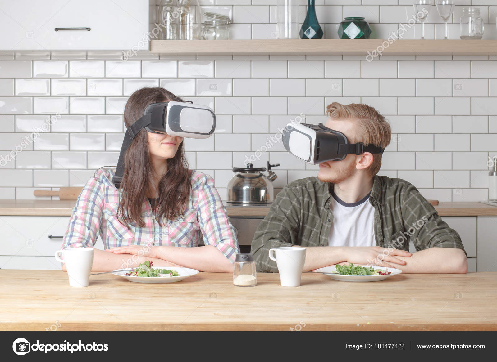 Virtual Reality Keuken : Paar in virtual reality bril in keuken u stockfoto schum