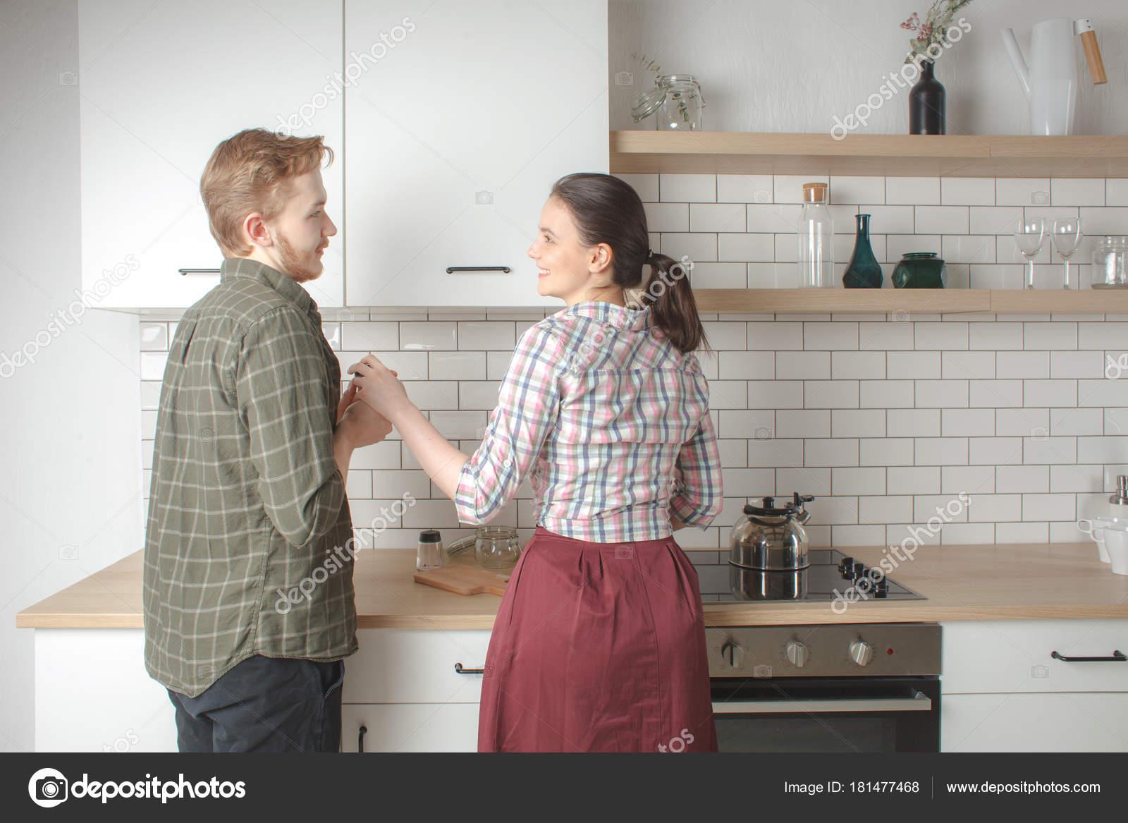paar zu Hause kochen Küche zusammen — Stockfoto © schum45 #181477468