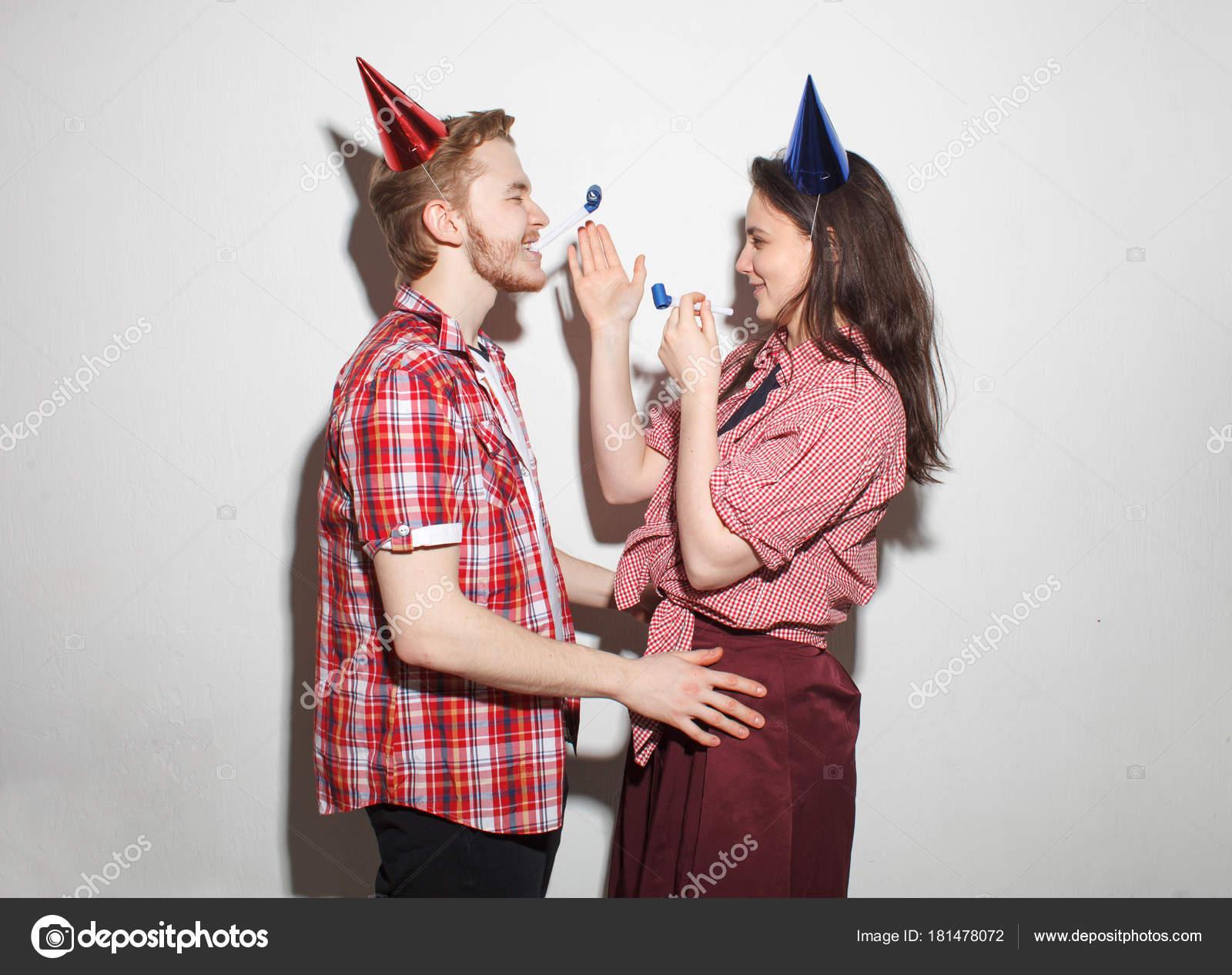 chica y chico descarado divertirán en fiesta — Fotos de Stock ...