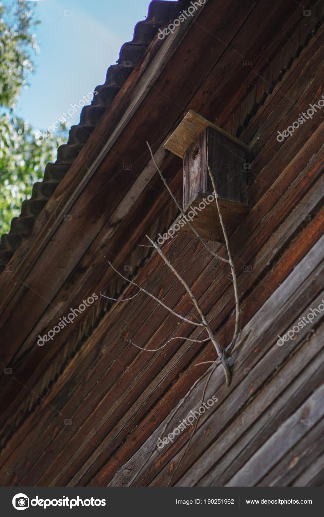 старые деревянные скворечник в деревянной стены стоковое