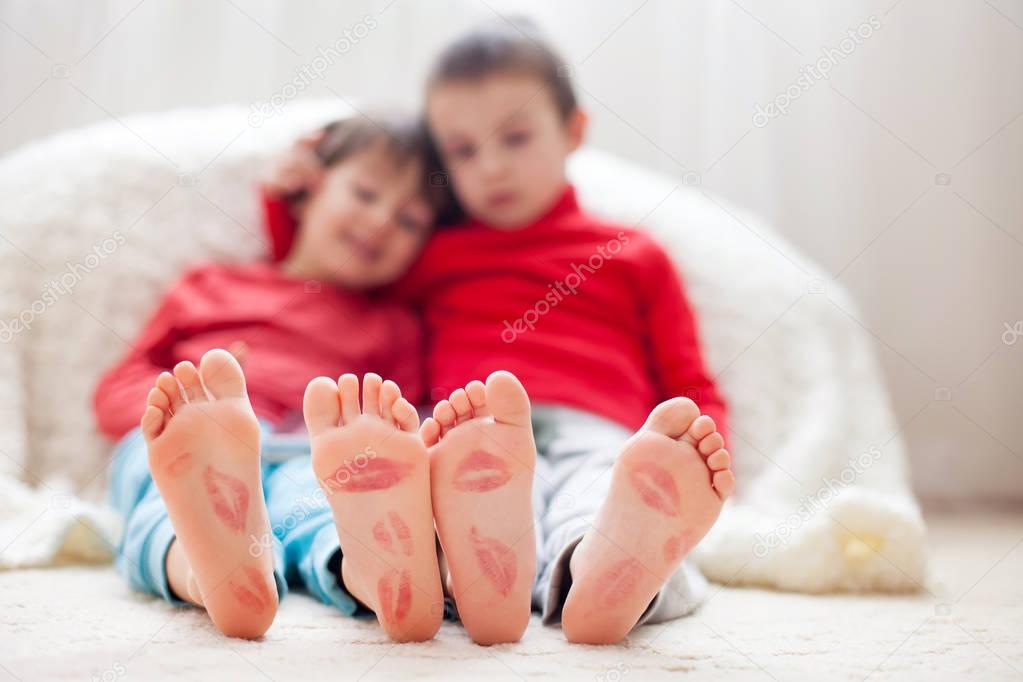 Kussen Voor Kinderen : Weinig kinderen voeten bedekt met prints van kussen u stockfoto