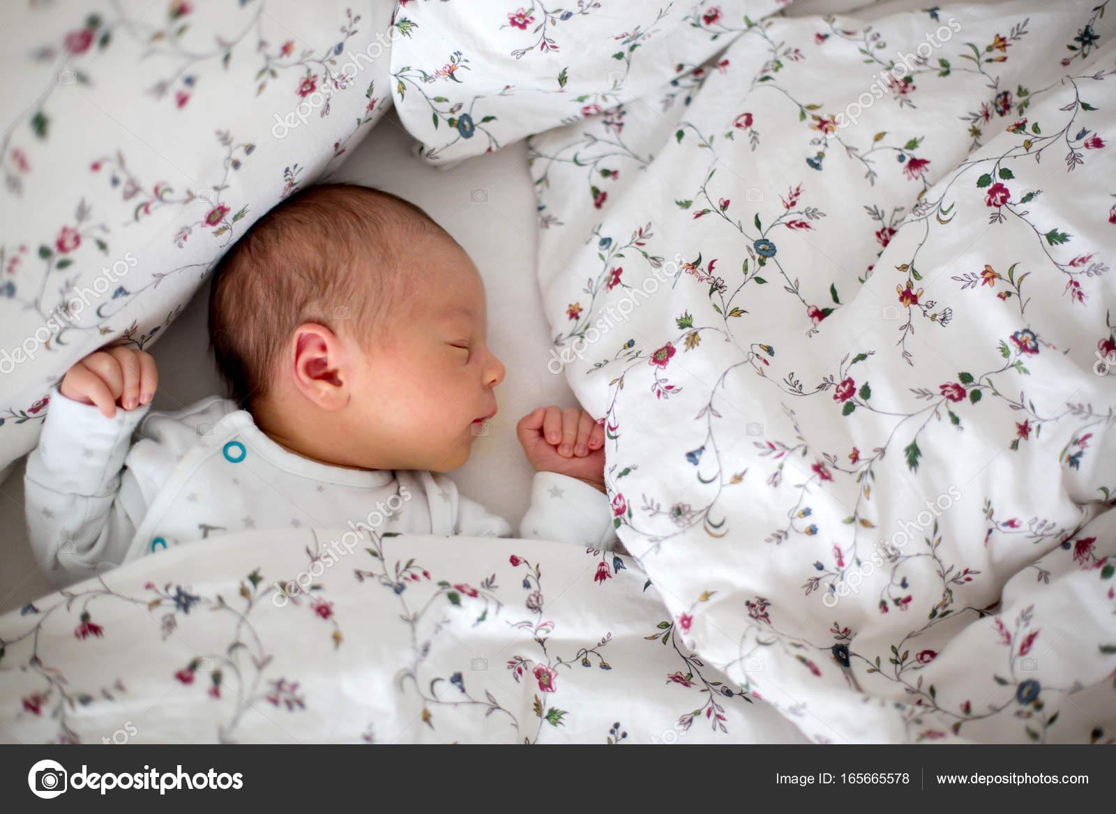 f720dd0b Hermoso bebé recién nacido en la cama. Niño acostado en la cama. Niño sano  poco después del nacimiento. Bebé durmiendo — Foto de t.tomsickova