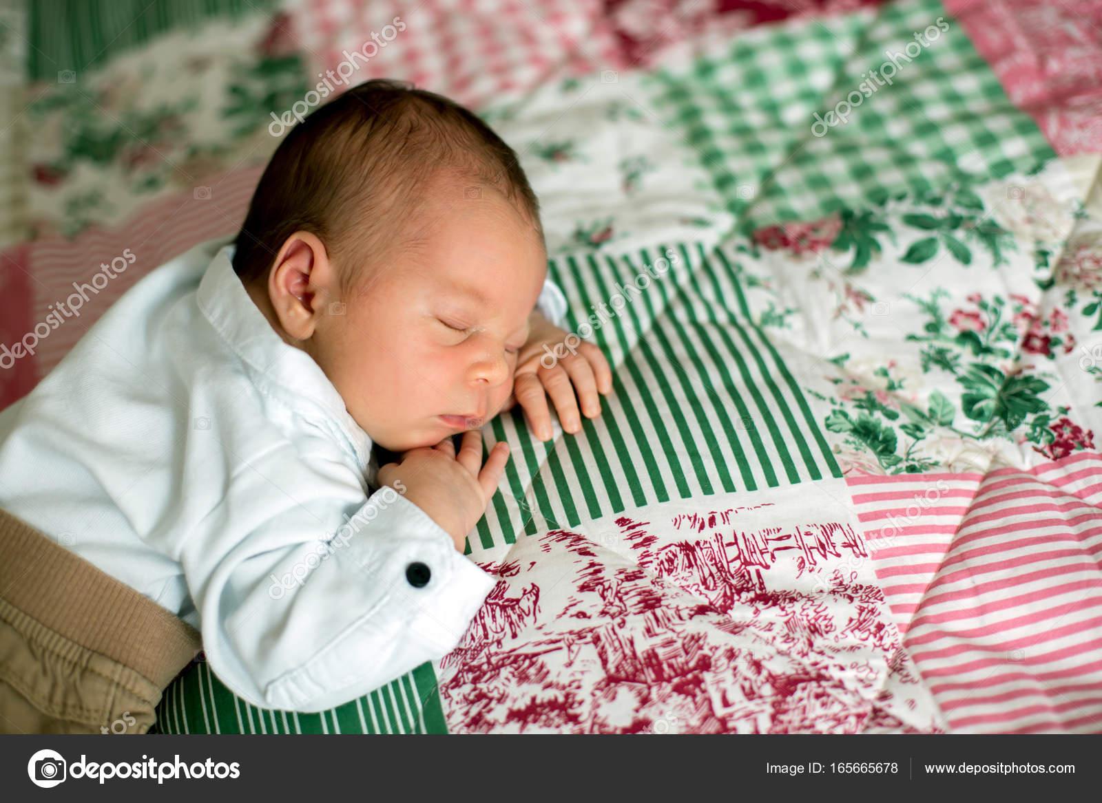 Hermoso bebé recién nacido Niño, vestido como caballeros poco ...