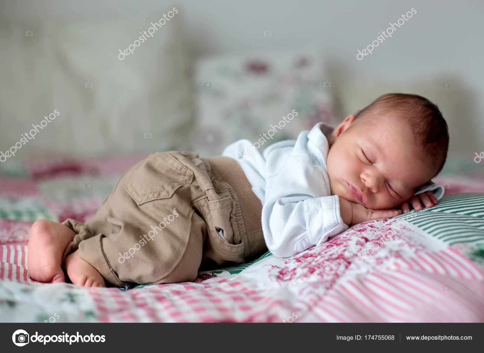 Hermoso bebé recién nacido Niño, vestido como caballeros poco — Foto ...