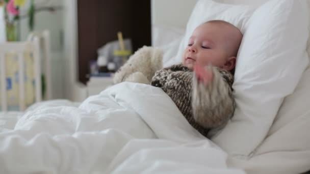 8d11ade586 Quattro mesi di età bambino ragazzino sveglio, che gioca nel secchio pieno  d'acqua, avendo un bagno, giocare con le anatre di gomma– filmato stock