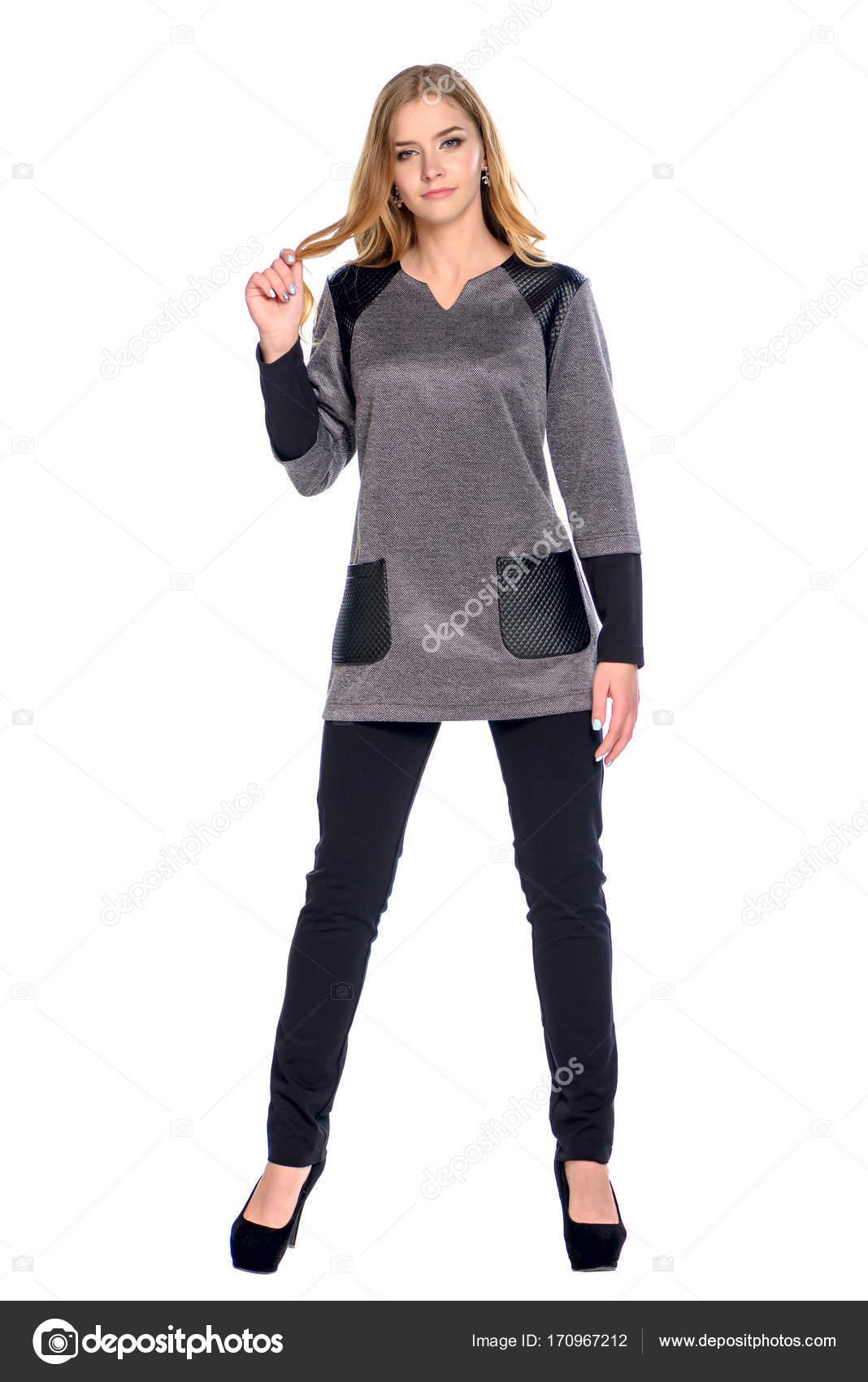 edb5a803ef15 elegante ragazza giovane visualizzando vestiti — Foto Stock ...