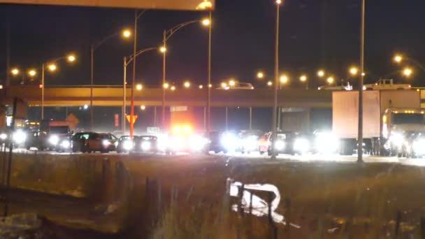 Zásahové vozidlo cestování na rameni na zaseknutý highway v noci