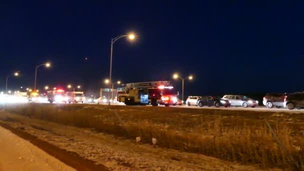 Firetrucks s světla a sirény příchodu na místě nehody na dálnici