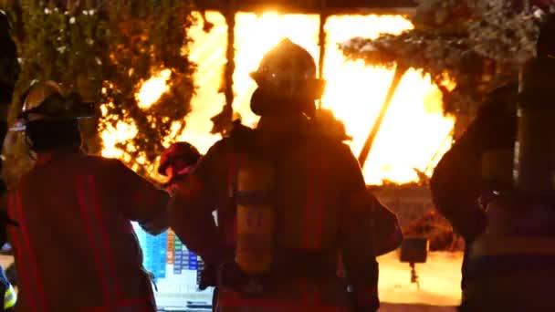 Keresek felé az épület a tűz a lángok harcosok tüzet