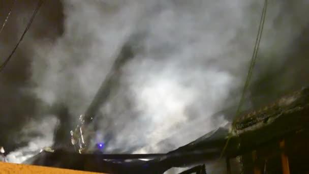 Kouřové a ligh efekty v noci s hasiči bojujícími s ohněm
