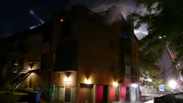 Rauchende Trümmer liegen bei Wohnungsbrand auf dem Boden