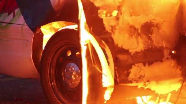 Detailní záběr na policejní auto kola pneumatiky spalování a tání