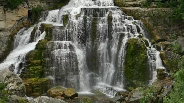 Voda teče po obou stranách kamenného vodopádu v Ontariu v Kanadě