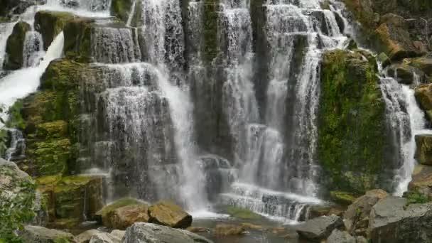 Voda padající na břišní skály a kameny při pohledu na populární svěží vodopády