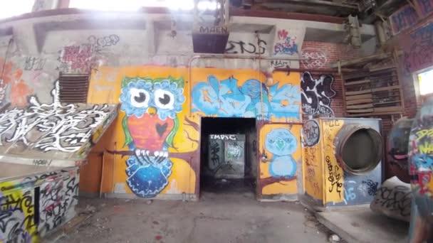Funky bagoly graffiti festett falra üres gyár Montreal
