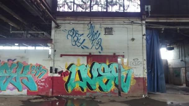 Rozšířená sekvence záběru steadicamu z graffitidy namalované na stěnách