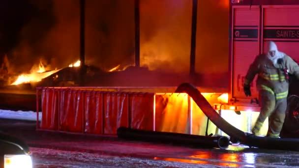 Skládací nádrž na vodu používaná k plnění hadic vodou během velkého požáru