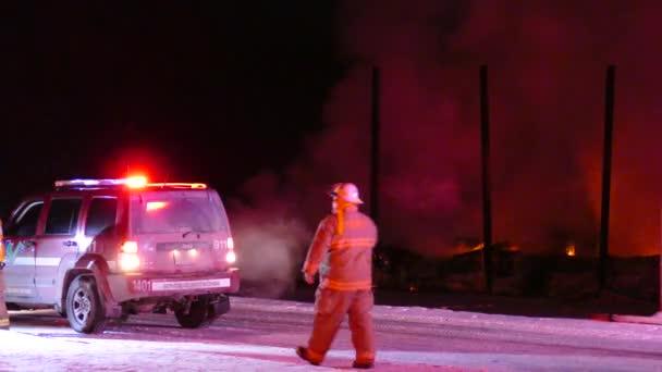 Velitel velitelství opouští místo požáru a zanechává hasiče v plamenech.