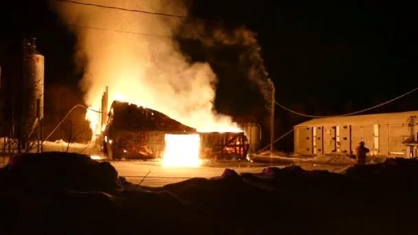 Budova byla zničena ohněm vytvářejícím jiskry a kouř stoupající vysoko