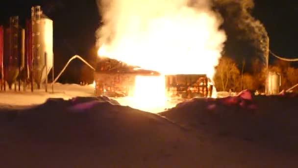 Procházka kolem zimní scény velkého ohně, který se prodírá stodolou
