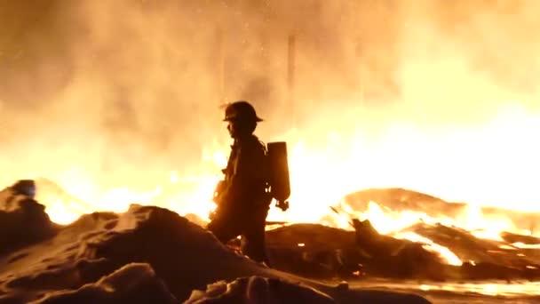 Oddálit záběr hasiče stojícího a čekajícího na velké ohnivé peklo