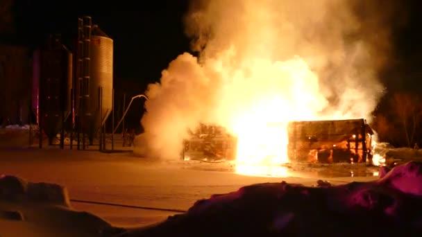 Mrak zářícího kouře stoupá poté, co hasiči dali vodu na hořící budovu